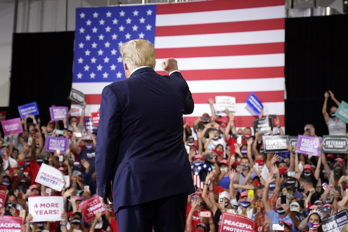 El Presidente de Estados Unidos, Donald Trump, llega para hablar en un mitin en Xtreme Manufacturing, el domingo 13 de septiembre de 2020, en Henderson, Nevada.