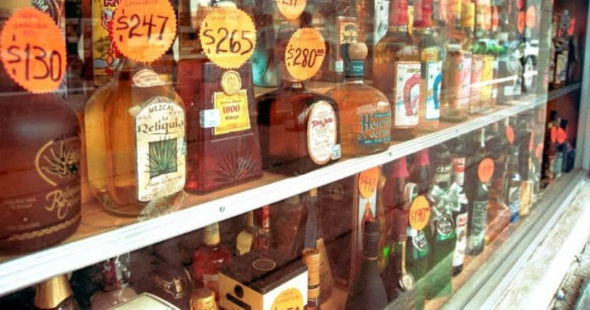 cuartoscuro 16176 digital - Gobierno de Puebla decomisa 57 botellas con alcohol adulterado, después de la muerte de 6 personas