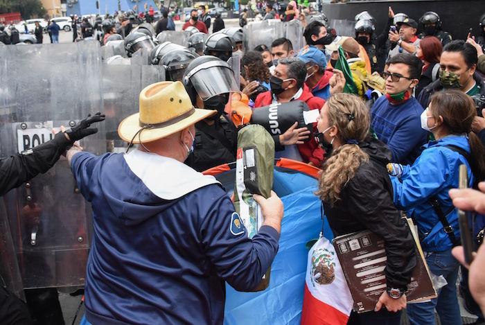 Integrantes del Frente Nacional Anti AMLO (FRENA) realizaron una marcha rumbo al Zócalo de la capital pero un cerco de elementos de la policía impidieron su paso y encapsularon al contingente sobre Av. Juárez, ante eso, los simpatizantes del FRENA instalaron un campamento colocando decenas de casas de campaña sobre el arroyo vehicular.