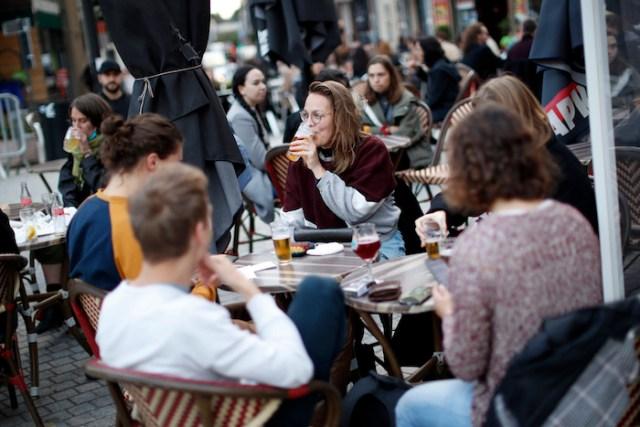Clientes en una terraza bar en Bruselas, el miércoles 7 de octubre de 2020. Bélgica está reportando incrementos en los casos de coronavirus.