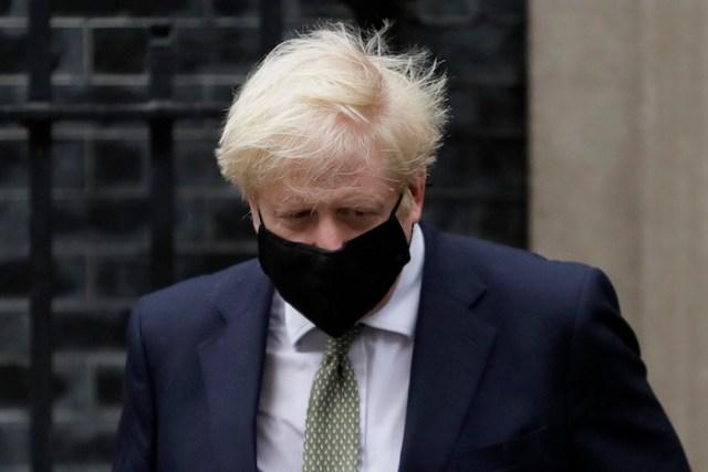 El Primer Ministro británico Boris Johnson sale del número 10 de Downing Street rumbo al Parlamento, en Londres, el lunes 12 de octubre de 2020.