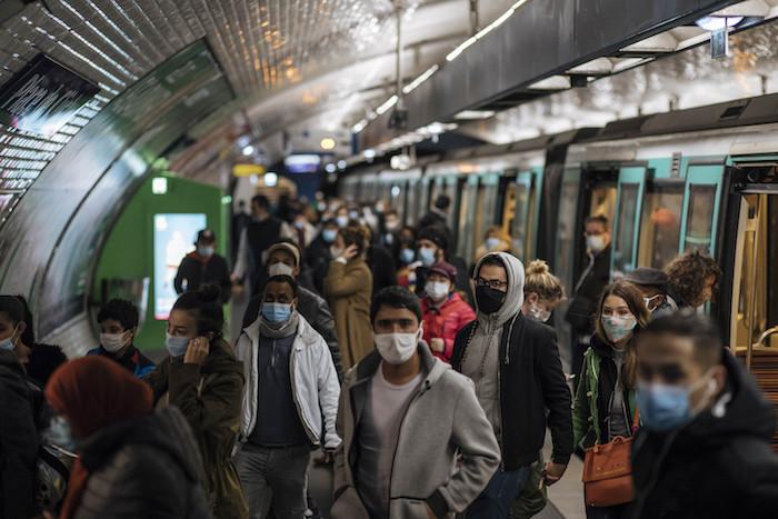 Pasajeros con cubrebocas en un andén del metro de París, el domingo 25 de octubre de 2020.