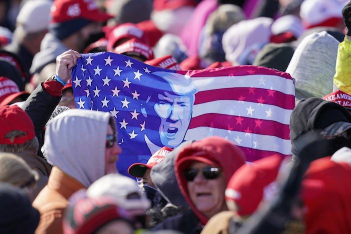 Simpatizantes esperan a que el Presidente Donald Trump llegue a un mitin de campaña en el Aeropuerto Regional de Dubuque, el domingo 1 de noviembre de 2020, en Dubuque, Iowa.
