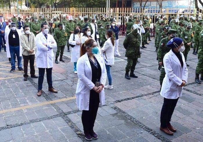Personal médico que espera recibir la vacuna contra la COVID-19 en la Ciudad de México.