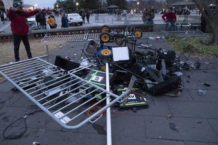 Manifestantes dejan una pila de equipos de televisión destrozados en el exterior del Capitolio de Estados Unidos, el 6 de enero de 2021, en Washington.
