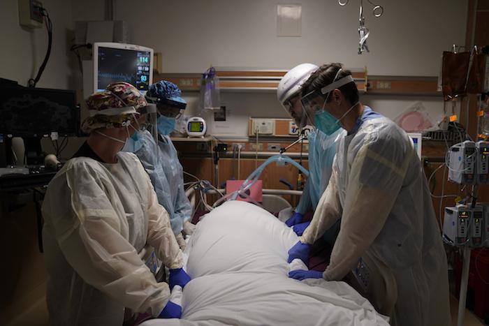 En esta foto de archivo del 22 de diciembre de 2020, médicos atienden a un enfermo de COVID-19 en la unidad de cuidados intensivos del Providence Holy Cross Medical Center en Los Ángeles.