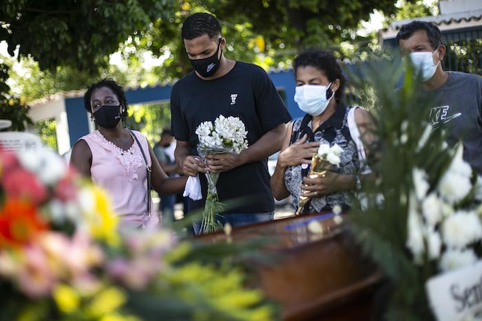 Parientes asisten el jueves 7 de enero de 2021 al sepelio de José Abelardo Bezerra, de 71 años, en el cementerio de Inhauma, en Río de Janeiro, Brasil, después de que falleciera de complicaciones relacionadas con la COVID-19.