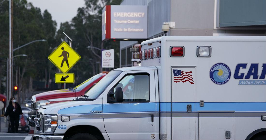 Ambulancias estacionadas afuera de la entrada a una sala de emergencias en el Centro Médico Long Beach, el martes 5 de enero de 2021, en Long Beach, California.