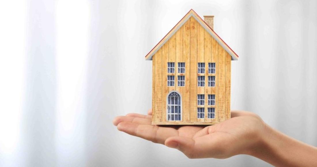 casa-madera-mano