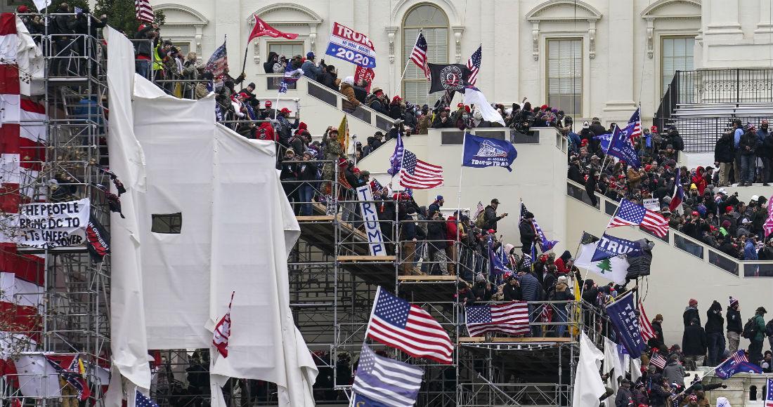 Simpatizantes del Presidente Donald Trump se reúnen afuera del Capitolio federal, el miércoles 6 de enero de 2021, en Washington.