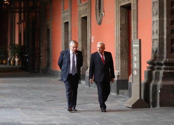 Alberto Fernández, Presidente de Argentina, y el mandatario mexicano, Andrés Manuel López Obrador, caminan por los pasillos de Palacio Nacional.