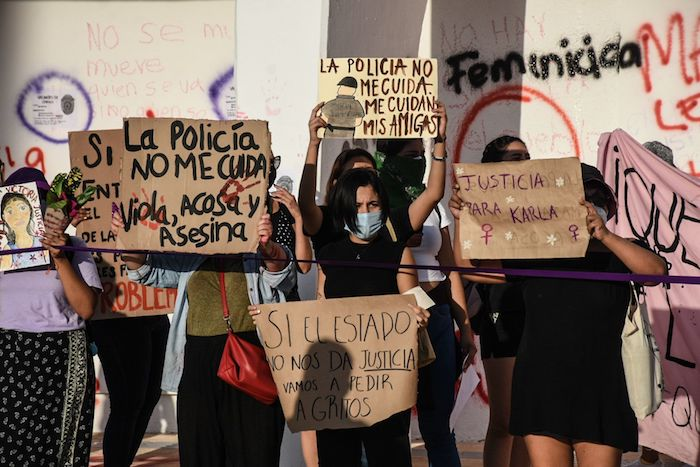 Integrantes de diez colectivas feministas se manifestaron en la Plaza de la Reforma del Palacio Municipal de Cancún para exigir justicia por los feminicidios de Victoria Salazar, mujer salvadoreña que murió tras ser arrestada de manera violenta, y por el asesinato de Karla ocurrido en Holbox.