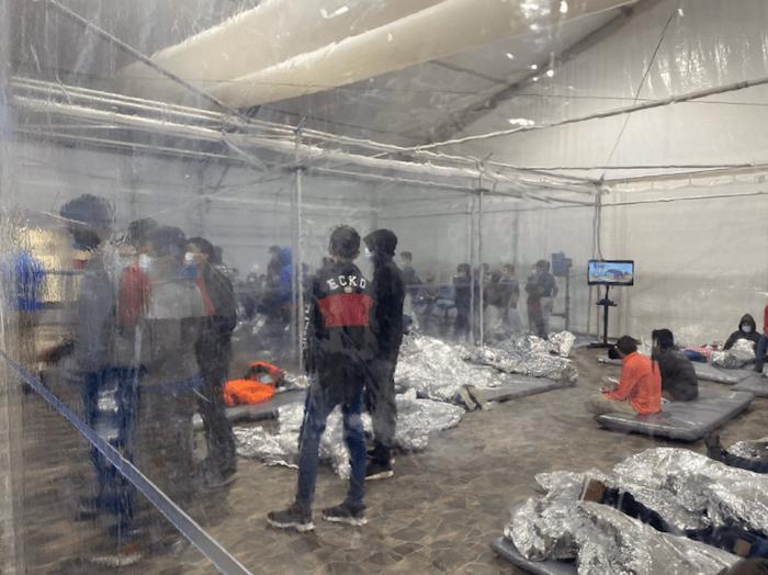 Estas imágenes son una excepción después de la decisión del Gobierno federal de mantener a la prensa alejada de los centros donde se mantiene retenidos a los migrantes hasta que son puestos en libertad.