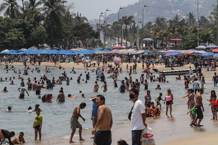 Con motivo de las vacaciones de la Semana Mayor, cientos de turistas abarrotaron las las playas de Acapulco, esto pese al llamado de autoridades de quedarse en casa por una supuesta tercera ola de contagios por COVID-19, debido a esta alta movilidad en todo el país.