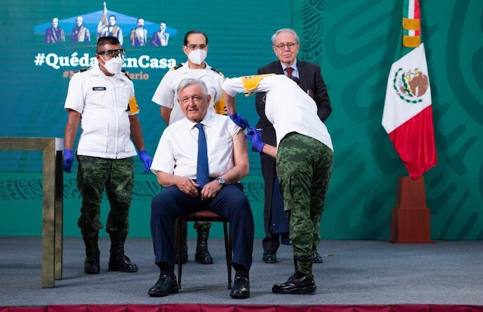 El Presidente de México, André Manuel López Obrador, cuando recibe su vacuna contra la COVID-19 en Palacio Nacional.