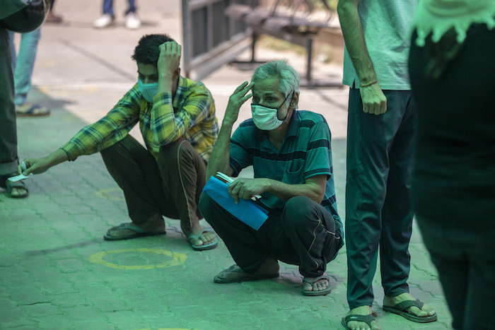 Personas esperan por su turno para someterse a una prueba de coronavirus en un hospital estatal en un suburbio de Nueva Delhi, India, el jueves, 15 de abril del 2021.