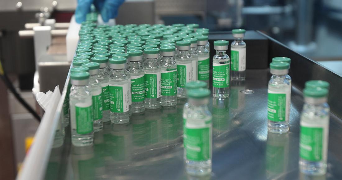 Un empleado trabaja en un laboratorio en el Serum Institute of India, el mayor productor mundial de vacunas, en Pune, India.