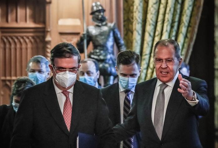 El Secretario de Relaciones Exteriores de México, Marcelo Ebrard, (i) y su homólogo ruso, Serguéi Lavrov (d) este miércoles en Moscú.
