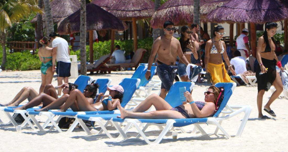 Turistas, principalmente nacionales, disfrutaron de Playa Langosta en el último domingo de Semana Santa.