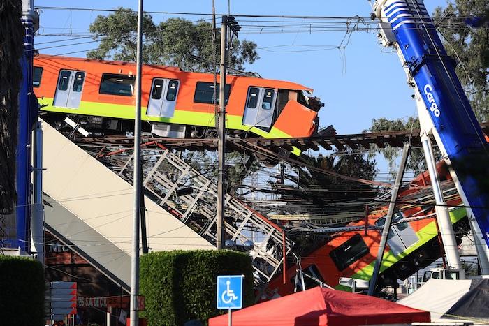 Fotografía que muestra el colapso de los vagones del Metro, hoy en la Ciudad de México (México).