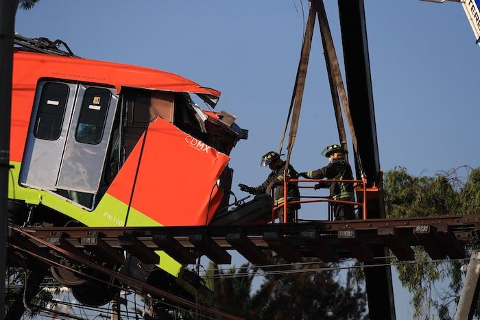 Bomberos retiran uno de los vagones del Metro de la Línea 12 que colapsaron en la noche del lunes, hoy en la Ciudad de México (México).
