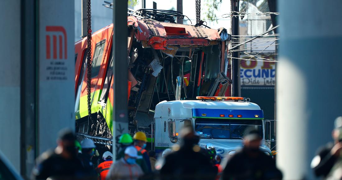 Trabajadores retiran uno de los vagones del Metro de la Línea 12 que colapsaron ayer en la noche, hoy en la Ciudad de México (México).