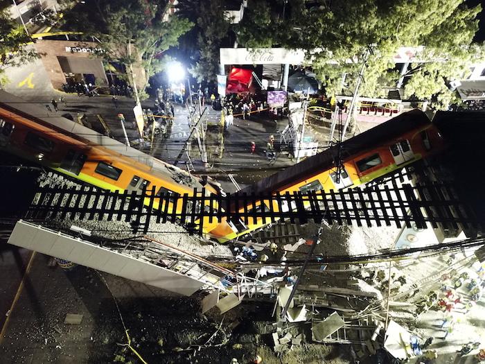 Vista aérea del 4 de mayo de 2021 del sitio donde colapsó la estructura de un tramo elevado del Metro de la Línea 12 causando el desplome de los vagones de un tren, en la Ciudad de México, capital de México.