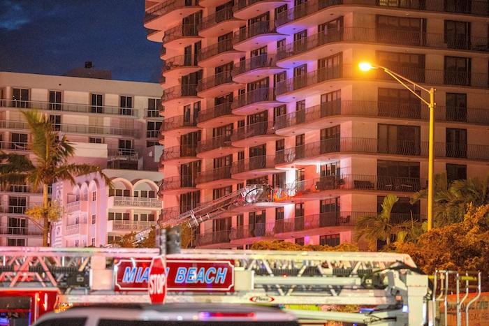 Unas ochenta unidades entre vehículos de los servicios de rescate y bomberos buscan entre los escombros posibles víctimas del derrumbe parcial de un edificio de 12 plantas en Miami, en el estado de Florida.