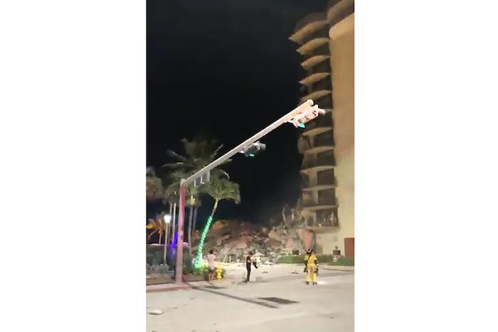 En esta imagen tomada de un video, servicios de emergencia llegan al lugar donde se derrumbó parte de un edificio en Surfside, Miami, Florida, el jueves 24 de junio de 2021.