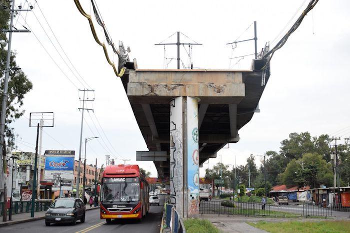 Aspectos de la zona cero del derrumbe de un tramo de la Línea 12 del Metro de la Ciudad de México.
