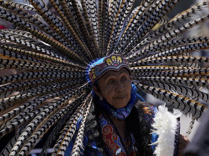 Una bailarina se une a una actuación para conmemorar el 700 aniversario de la fundación de la ciudad azteca de Tenochtitlan, hoy conocida como Ciudad de México, en la Plaza del Zócalo, en la Ciudad de México, el 26 de julio de 2021, en plena pandemia del coronavirus.