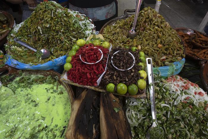 Cangrejos, saltamontes y otras delicias locales, expuestas en un puesto de comida en el mercado de Xochimilco, en la Ciudad de México, el 12 de agosto de 2021.