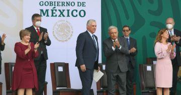 El Presidente de México, Andrés Manuel López Obrador, y su homólogo cubano Miguel Díaz-Canel en el Desfile Militar 2021.