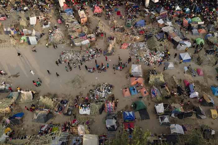 Migrantes, muchos de ellos procedentes de Haití, vistos en un campamento junto al Del Río International Bridge, cerca del Río Bravo, el 21 de septiembre de 2021, en Del Río, Texas.