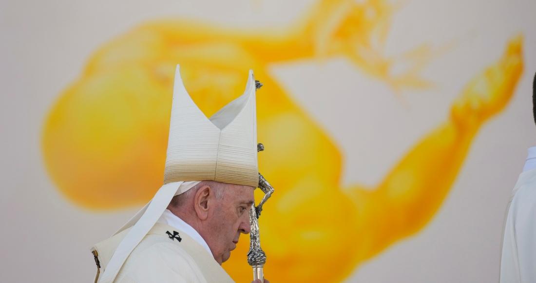El Papa Francisco arriba a la misa que oficiará en el Santuario Nacional en Sastin, Eslovaquia, miércoles 15 de setiembre de 2021.