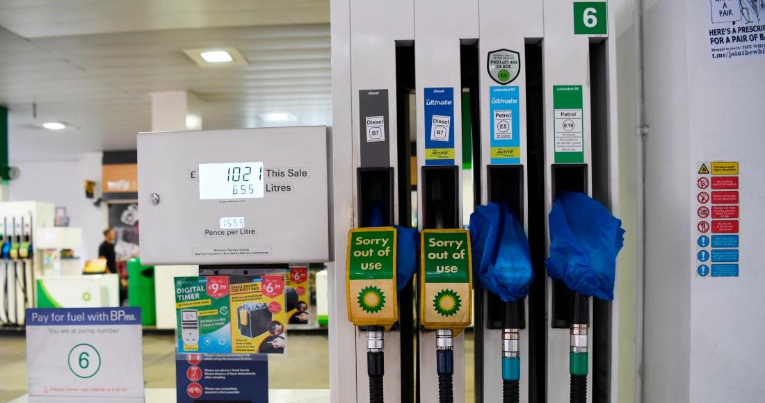Aunque la demanda de gasolina se sitúa en el 90 por ciento de los niveles prepandémicos, y las refinerías británicas cuentan con suficientes reservas, la mayoría de gasolineras en el Reino Unido acumulan días de sequía a causa de la escasez de transportistas.
