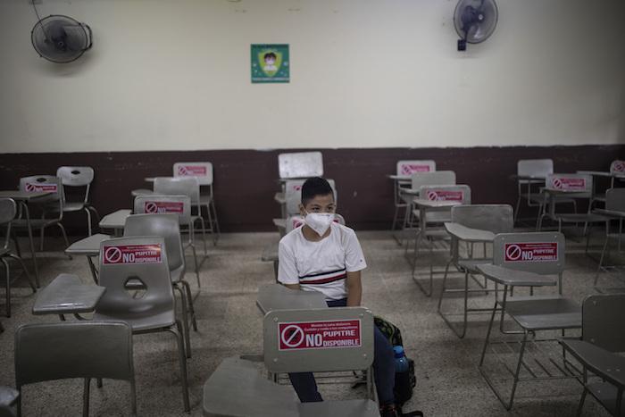Un estudiante se sienta solo durante una clase presencial en la escuela pública José Azueta en Veracruz, México, el lunes 30 de agosto de 2021, mientras comienza un nuevo año académico durante la pandemia de COVID-19.