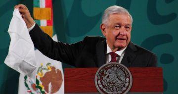 Andrés Manuel López Obrador, Presidente de México, saca un pañuelo blanco al momento de que un reportero habla de la corrupción en su Gobierno.