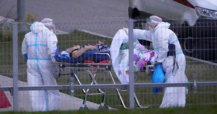 Trabajadores médicos trasladan a un posible paciente de coronavirus en un hospital en Kommunarka, a las afueras de Moscú, Rusia, el sábado 16 de octubre de 2021.