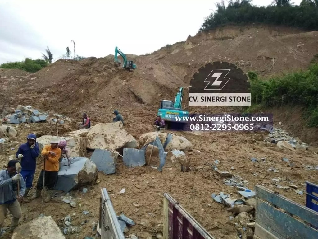 foto proses galian bahan baku batu andesit menggunakan escavator