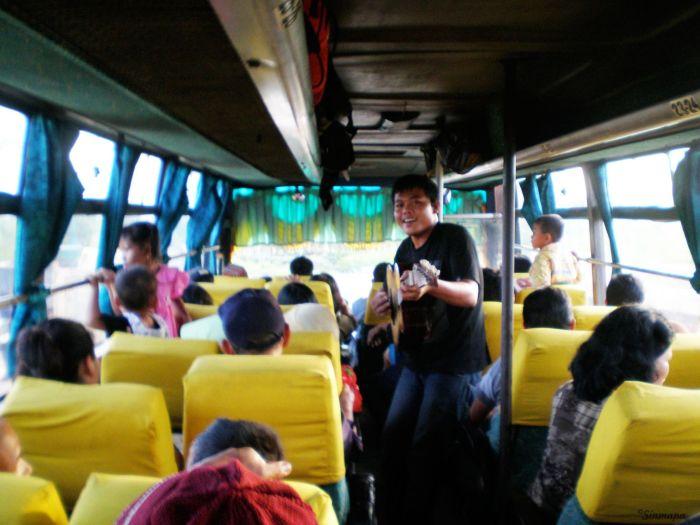 Entretenimiento a bordo del bus Dumai - Parapat - Indonesia