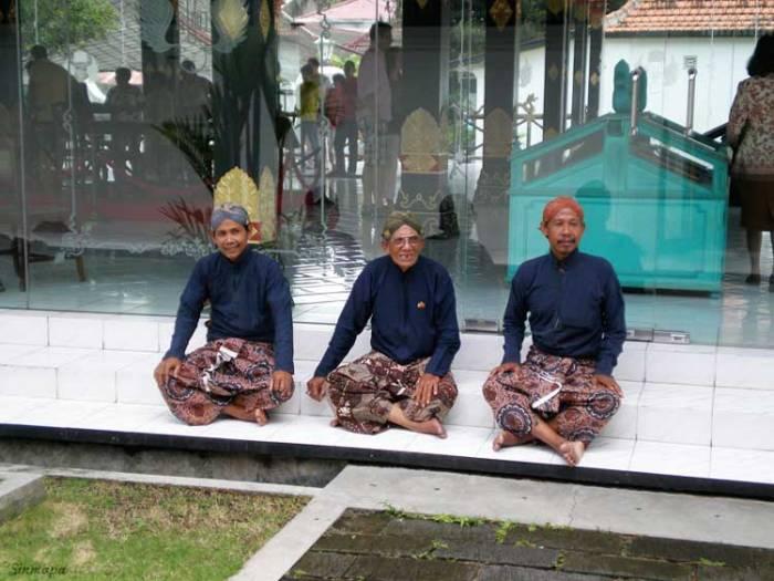 Empleados del Sultán en el Kraton, Yogya, Java, Indonesia