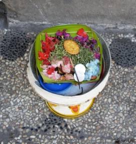 Ofrenda floral en Kuta, Bali, Indonesia - Sinmapa.net