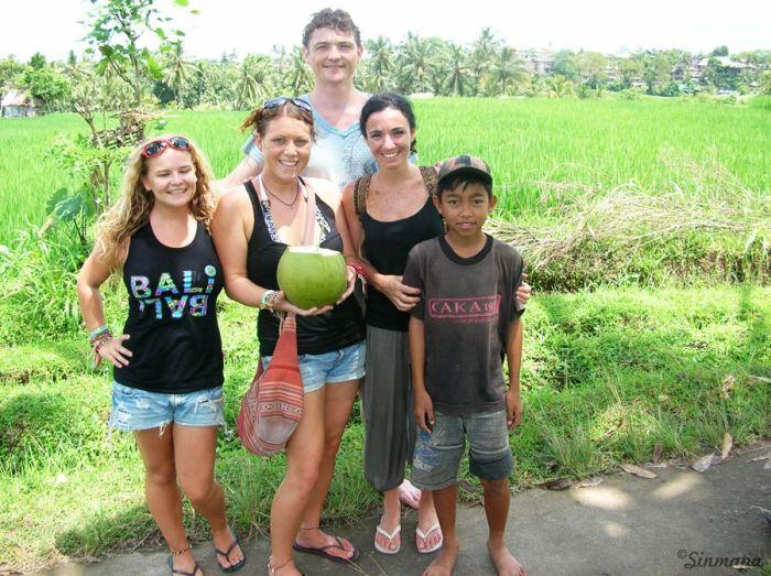 Una foto conjunta con el niño del coco y nosotros en Ubud, Bali, Indonesia sinmapa.net