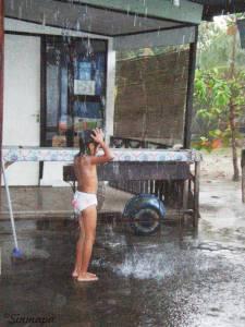 Ducha bajo la lluvia en Gili Meno - Post: picadura de un erizo