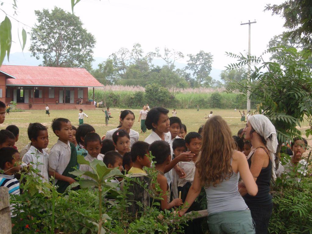 Charlando con una profesora en una escuela de Myanmar hábitos de una buena viajera