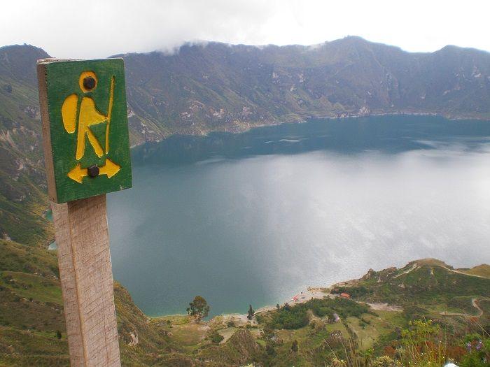 Camino para bajar a orillas del lago