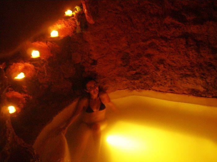 Dentro de la cueva en las piscinas de contraste