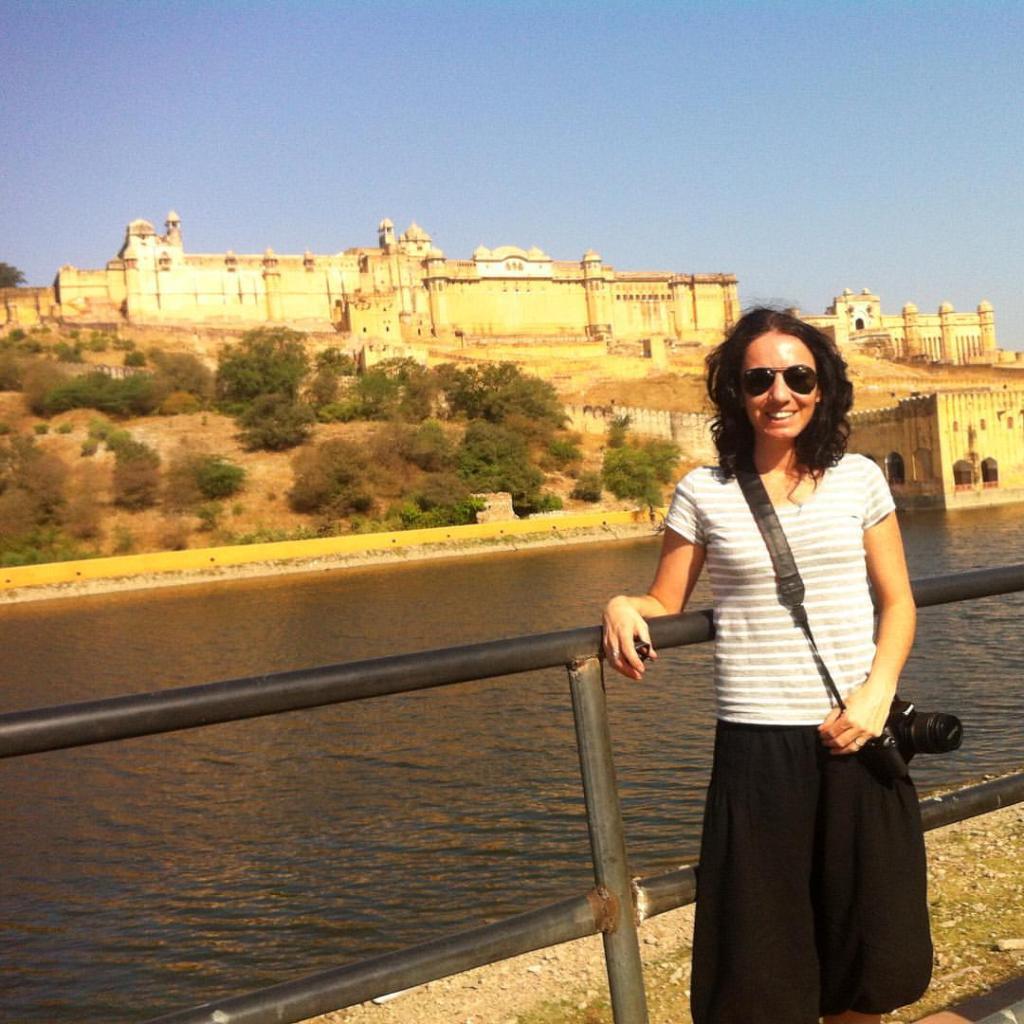 Jaipur con el Fuerte de Amber de fondo India