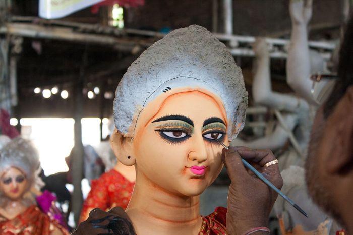 Darle expresión a la mirada de Durga es una tarea sólo para los expertos